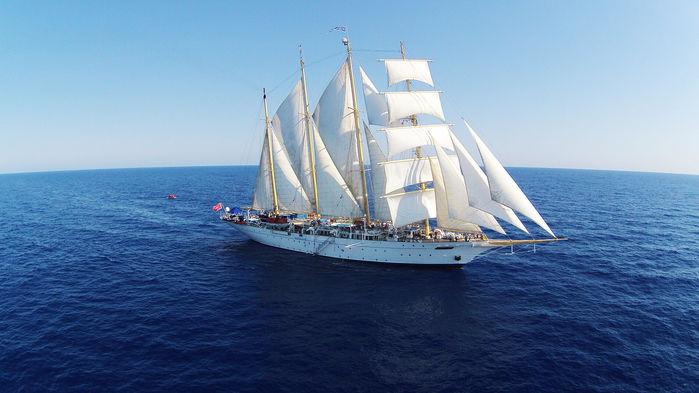 """Vi seiler med Star Flyer langs ruten Leeward Islands som av gamle tiders sjømenn ble kalt """"øyene over vinden."""""""