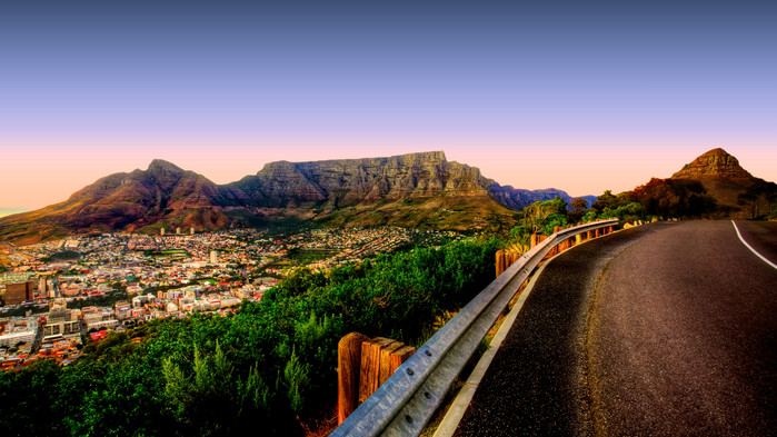 Cape Town med taffelfjellet. Waterfront frem til venstre og Greenpoint frem til høyre.